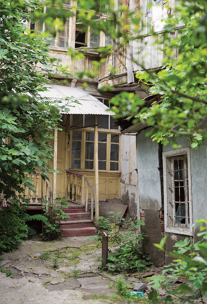 Dilapidated charm in the neighborhood of Avlabari. Credit Nata Abashidze-Romanovskaya